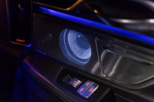 Auch die Lautsprecher des B&W-Soundsystems sind beleuchtet, weil ... warum nicht?!