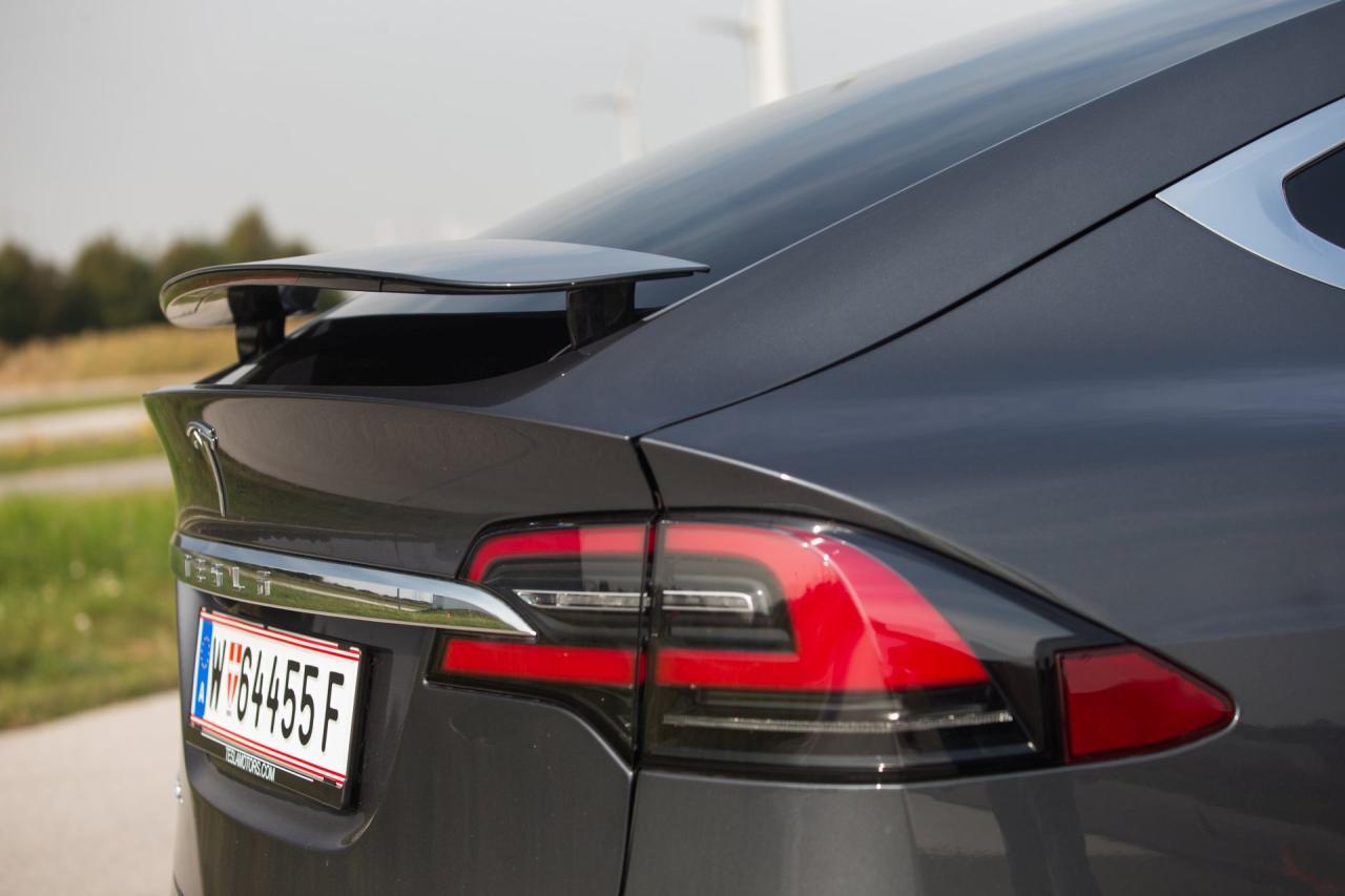 Der automatisch ausfahrenden Heckspoiler drückt den Luftwiderstand ein wenig und ist beim P90D Serie. Tesla verspricht damit 1,6 Prozent mehr Reichweite.