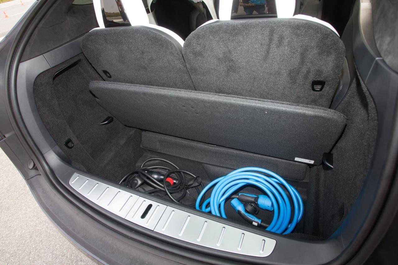 Der Kofferraum ist zwar klein, bietet aber ein großes Unterflurfach, zudem gibt es wie auch beim Model S unter der Vorderhaube noch ein kleines Ladeabteil
