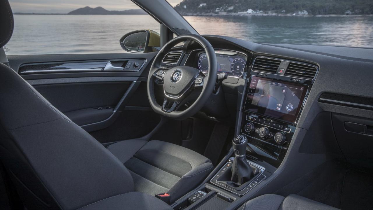 """Wichtigste Innenraum-Änderungen: das Infotainment-System """"Discover Pro"""" mit Gesten-Steuerung und das volldigitale Cockpit """"Active Info Display""""."""