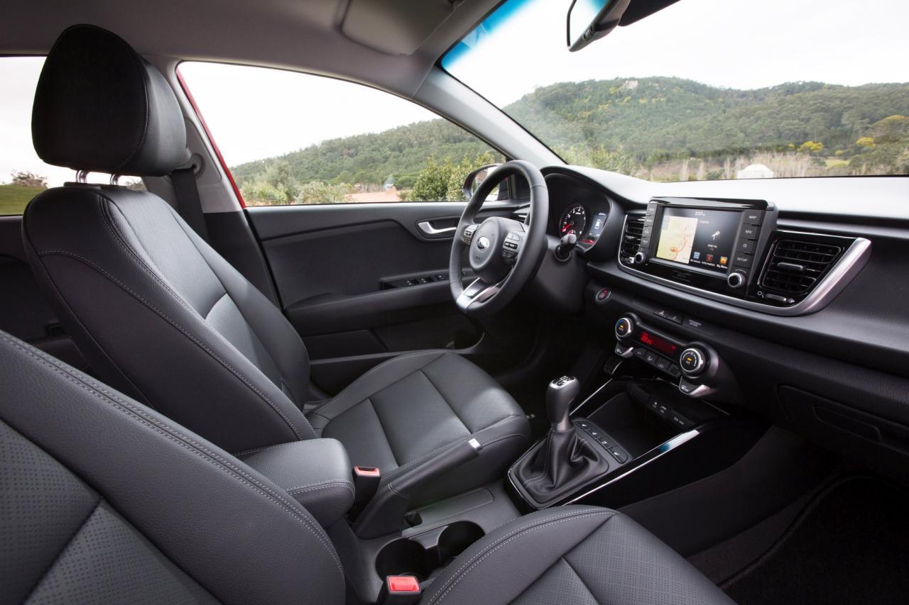 Kia-Cockpit: durchgehend in hartem Kunststoff ausgeführt, doch gefälliger Look. Zeitgemäße Multimedia-Bestückung mit Schnittstellen zu Android Auto und Apple CarPlay – und auf Wunsch gibt's ein modernes Navi samt Echtzeit-Verkehrsinfos.