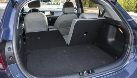 Der Kofferraum verfügt bis auf umlegbare Fondlehnen über keine Gimmicks, geriet zudem ein wenig flach.