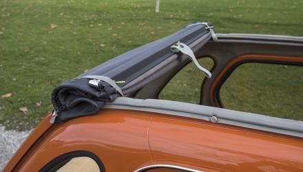 Der manuelle Softtop-Strip geht flott, ein bisserl Kraft in den Gliedern braucht  es dann noch zum Fest- spannen des aufgerollten Dachs