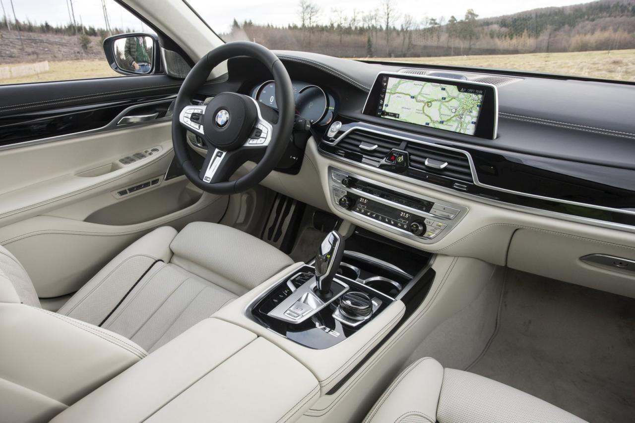 Sportliches M-Lenkrad und V12-Logo in der Mittelkonsole als Insignien der Macht. Nappa-Vollleder ist beim teuersten BMW aufpreisfrei, ebenso der Dach- himmel in Alcantara. Den großen Multi- media-Schirm steuert man durch Drehen und Drücken oder Gesten oder An- grapschen – wonach einem halt gerade ist.