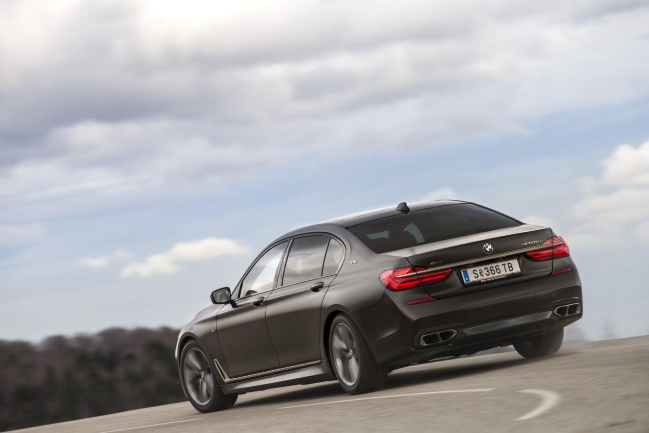 """Frozen Dark Brown Metallic nennt sich die 3800 Euro teure Mattlackierung unseres Testwagens. Felgen, Auspuffblenden, Zierleisten, Spiegelkappe und BMW-Niere sind beim Topmodell serienmäßig in """"Cerium Grey"""" galvanisiert"""