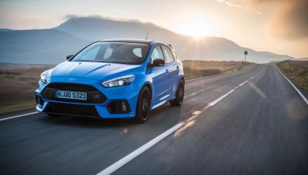 """Der Ford Focus RS ist ab sofort mit dem neuen Ausstattungspaket """"Blue & Black"""" bestellbar. Wichtigste Änderung gegenüber dem """"RS"""" ist ein mechanisches Vorderachs-Sperrdifferenzial, das die Traktion verbessert und somit ein noch dynamischeres Fahrverhalten ermöglicht: Dem Rad mit besserer Bodenhaftung wird mehr Drehmoment zugeleitet und so Schlupf an der Vorderachse vermindert. Deutlich wird der Vorteil beim Herausbeschleunigen aus Kurven. Das System greift aber auch bei widrigen Fahrbahnverhältnisse ein, also beispielsweise bei schlechter Witterung. Weiterer Text über ots und www.presseportal.de/nr/6955 / Die Verwendung dieses Bildes ist für redaktionelle Zwecke honorarfrei. Veröffentlichung bitte unter Quellenangabe: """"obs/Ford-Werke GmbH"""""""
