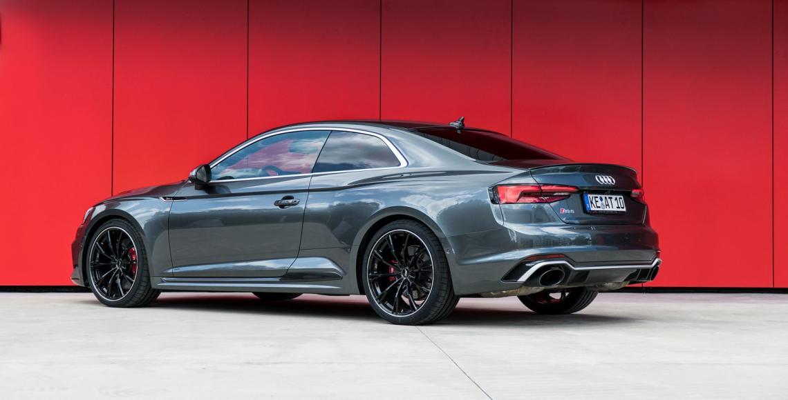 ABT_Audi_RS5_rote_Wand_schraeg_hinten
