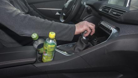 Der Flaschenhalter in der Mittelkonsole verträgt sich nur schlecht mit einer schaltenden Fahrerhand.