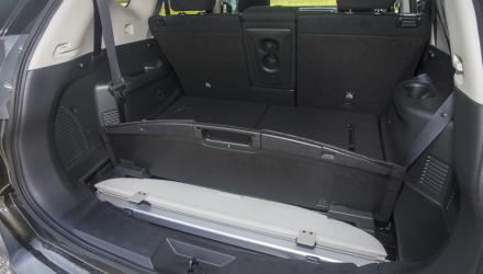 Schlau: Beim X-Trail kann man die Laderaum-Abdeckung im Fahrzeugboden verstauen.