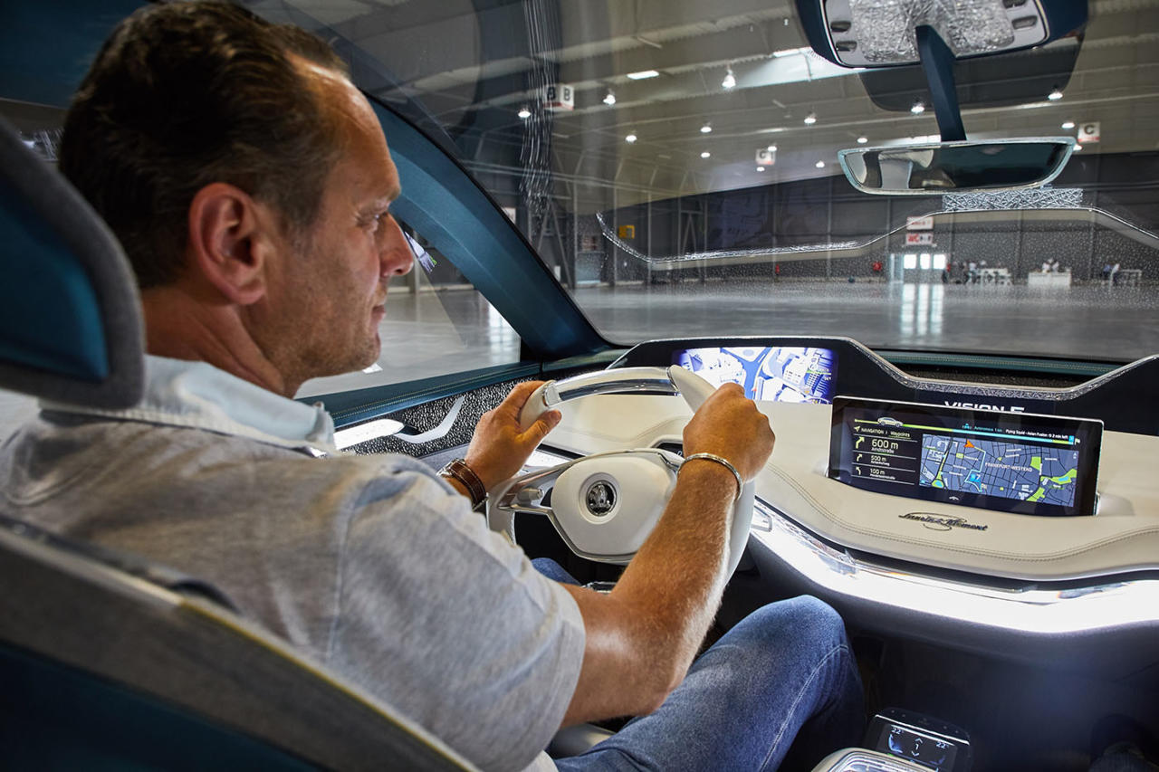 Sauberer, heller und volldigitalisierter Arbeitsplatz: Insgesamt bringt es die Konzept-Version des Vision E auf ansehnliche sieben Bildschirme, davon drei ausladende LCD-Screens und zwei kleine Anzeige-Displays im Cockpit plus je ein Schirm für die  beiden Fond-Passagiere.