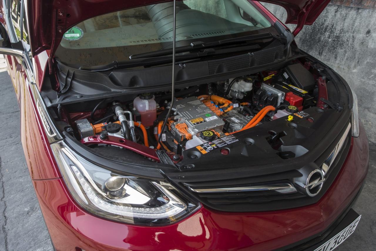 Ansehnlich gestaltete E-Technik, aber nichts zum selbst Handanlegen. Gegenüber anderen Anbietern wie etwa Tesla verfügt Opel jedoch über ein dichtes Werkstätten-Netz.