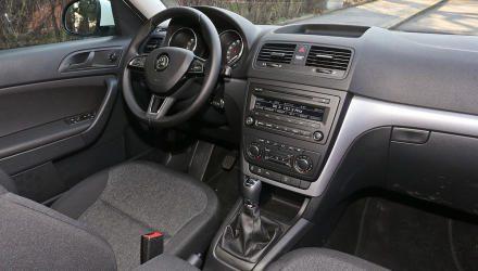 Im Yeti-Cockpit findet sich jeder sofort zurecht. Die Sitzposition ist zwar etwas hoch, aber bequem. Materialqualität nach Modellpflege 2013 deutlich besser.