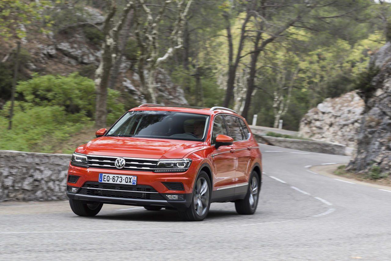 VW hat den Tiguan verlängert – ab 16. November startet der Allspace mit 11 Zentimeter mehr Radstand und 21 Zentimeter Plus in der Länge. Das imposantere Gesicht hat er bei seinem US-Verwandten Atlas abgeschaut.