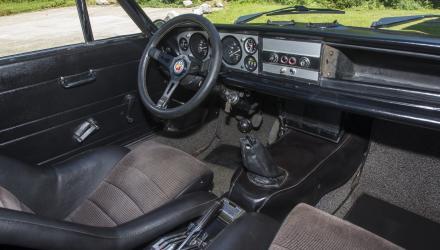 Sport-Ambiente einst und jetzt: Das Cockpit ist da wie dort kompakt, nur war Ergonomie in den 70er eine eher unterschätzte Disziplin.