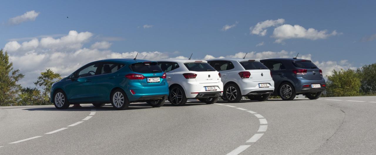 Sein toller Motor ecoboostet den Ford Fiesta (li.) an die Spitze – knapp vor dem VW Polo (2.v.re.), dem Seat Ibiza (2.v.li.) und dem Kia Rio (re.).