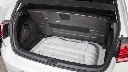 Den zusätzlichen Stauraum unter dem sonst variablen Kofferraumboden nimmt beim TGI der Erdgas-Tank ein – die Reserverad-Option fällt damit ebenfalls weg.