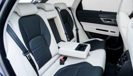 Im Vergleich zur Limousine herrscht hinten geringfügig mehr Kopfraum bei gleicher Beinfreiheit.