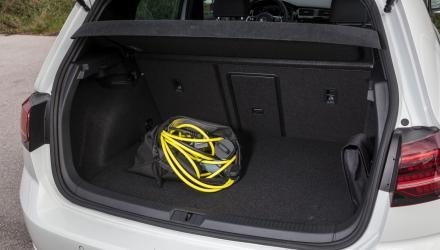 Kein variabler Kofferraumboden auch im GTE  – den Platz braucht das Akku-Pack. Und die Ladekabel wollen ebenfalls noch irgendwo verstaut werden.