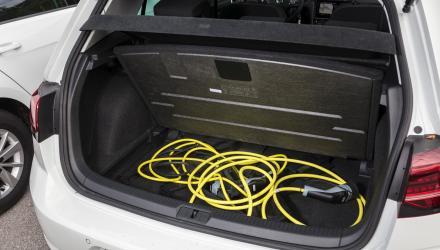 Im e-Golf sind die Akkus vor der Hinterachse verbaut, damit finden die  Ladekabel im Staufach unter dem Kofferraumboden Platz. Auf ein  Reserverad muss aber auch hier verzichtet werden.