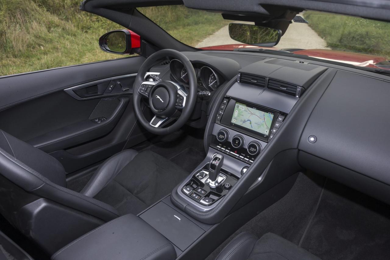 Ordentliche Sitzposition, breite Mittelkonsole mit massivem Griff für den ängstlichen Beifahrer – F-Type-Innenleben wie gehabt, seit dem Facelift freilich mit modernerem Infotainmentsystem.