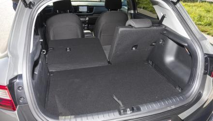 Das Volumen des Kofferraums liegt im Klassenschnitt. Nur wenn der Ladeboden in der oberen Position ist, gibt es eine ebene Fläche bei umgelegten Fondlehnen.