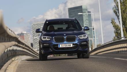 Die größeren Nieren und die flacheren Scheinwerfer verraten die dritte Generation des BMW X3, die wieder in den USA vom Band läuft.