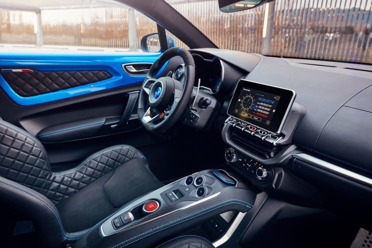 Kühle Atmosphäre in Leder, Alu & Carbon. Kippschalter unterm zentralen Multimedia-Schirm und generell wenig Großserien-Knöpfe aus den Renault-Regalen. Die drei Fahr-Modi steuert man über den roten Knopf am Volant.