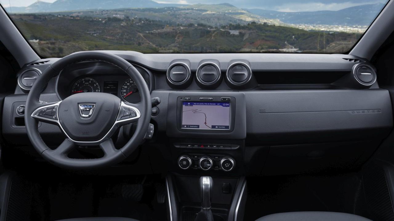 Hübsche Cockpit-Landschaft. Verbesserte Ergonomie dank längs verstellbarem Lenkrad und optionalem Touchscreen.