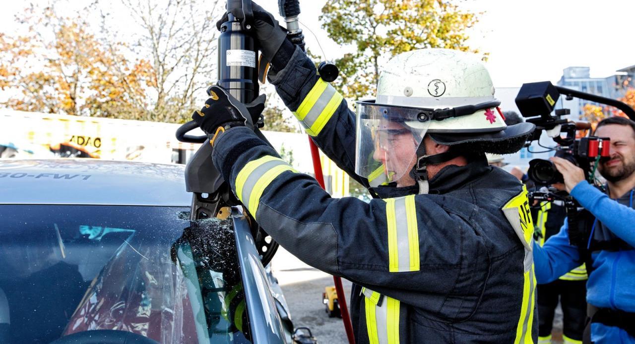 Insassen-Bergung bei einem Elektroauto: Feuerwehren werden speziell geschult.