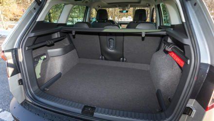 Der Kofferraum des Yeti-Nachfolgers glänzt nicht nur mit reiner Größe. Pluspunkte bringen auch kleine Detaillösungen wie verschiebbare Haken oder das Innenlicht, das man herausklipsen und als Taschenlampe verwenden kann.