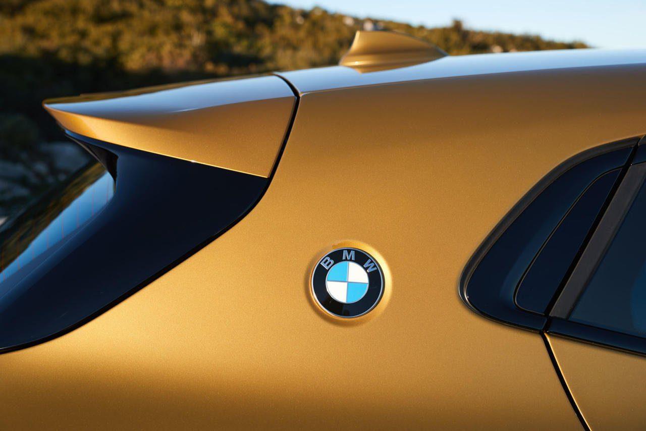 Dass das einst bei der Coupé- Legende 2000 CS eingeführte BMW-Logo auf der C-Säule ausgerechnet auf einem SUV wiederbelebt wird, ist wohl ein Zeichen unserer Zeit.