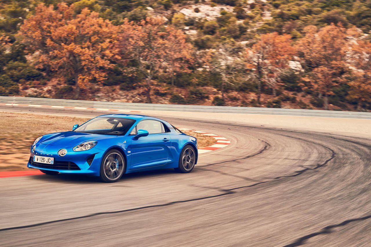 Die Alpine A110 ist wieder da! Unpeinliches Retro-Design mit Bügelfalte und Zusatzscheinwerfern wie beim legendären Ur-Modell. 80 Prozent der bisherigen Käufer wollten übrigens, dass bei der Lackierung blau gemacht wird.