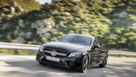 Mercedes-AMG C 43 4MATIC Coupé, Night Paket und AMG Carbon-Paket II, Exterieur: Außenfarbe: obsidianschwarz metallic;Kraftstoffverbrauch kombiniert: 9,5–9,2 l/100 km; CO2-Emissionen kombiniert: 217-212 g/km*  Mercedes-AMG C 43 4MATIC Coupé, Night package and AMG Carbon-package II, Exterior: Exterior paint: obsidian black metallic;combined fuel consumption: 9.5–9.2 l/100 km; combined CO2 emissions: 217-212 g/km*