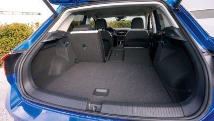 Diverse Lehnen-Verstelltricks verkneift sich VW beim T-Roc, der Kofferraum ist dennoch groß und gut befüllbar. Einzig die Ladekante geriet mit 75 Zentimetern recht hoch.
