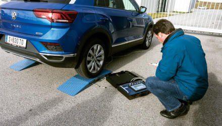 Die Waage weist eine Gewichtsverteilung von nur 60 Prozent zugunsten der Vorderachse aus, entsprechend fährt sich der  VW T-Roc handlich und agil.