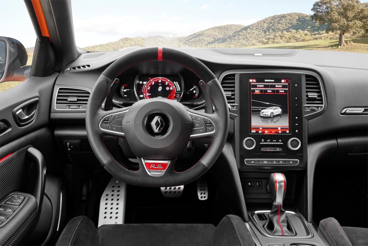 Perfekte Sport-Ergonomie, tadellose Renn-Sättel, guter, echter Motor-Sound im Innenraum und für jeden der fünf Fahrmodi eine eigene Instrumenten-Grafik.