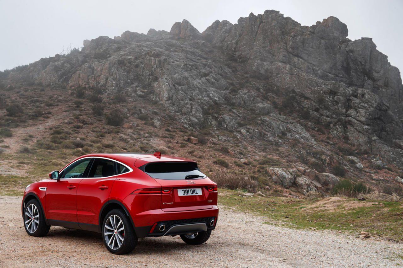 Nicht nur optisch gibt es Ähnlichkeiten mit dem F-Pace: Die aufwändige Hinterachse stammt ebenso vom großen Jaguar-SUV. Das bringt ein in dieser Klasse erstaunlich er- wachsenes Fahrverhalten.