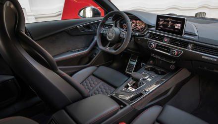 Im Innenraum sorgen spezielle Sitze und ein eigenes Lenkrad für das nötige Plus an Sportlichkeit, sonst warten feine Verarbeitung und viel High-Tech.