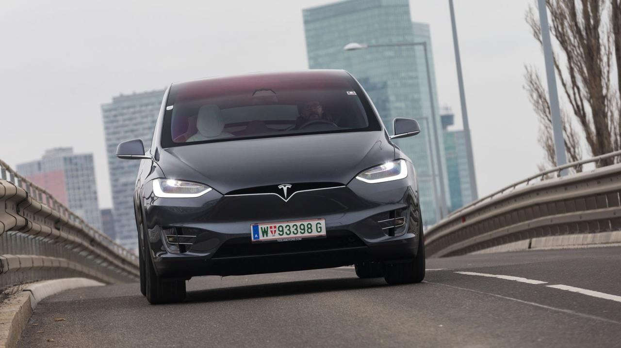 Die ansatzlose Beschleunigung des Tesla ist atemberaubend, Kurven liegen dem 2,4 Tonnen-Bomber dafür nicht wirklich. Beeindruckend: die hohe Motorbremswirkung.