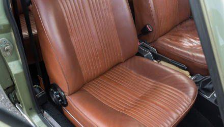 Velours-Bezüge kamen 1978 in der Alfetta 2000 L, Cordsamt Ende 1981 in der eckigen Einheitskarosserie für alle Hubraum-Varianten.