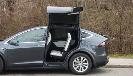 Die Flügel-Fondtüren des Model X sehen cool aus, bringen aber kaum Praxis-Vorteile, da sie relativ langsam auf- und zugehen.