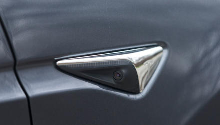 Mit zahlreichen Kameras rund um den Wagen verteilt wäre der Tesla schon für teilautonomes Fahren gerüstet.