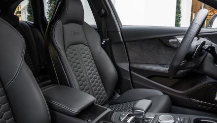 Ab Werk sind die Sitze mit einer Alcantara-Leder-Kombi bezogen. Vollleder kostet extra, der tolle Seitenhalt und die feine Sitzposition aber nicht.