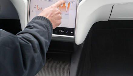 Die großen Anzeige- flächen des Tesla-Touchscreens be- eindrucken, sind während der Fahrt aber nicht so easy zu bedienen.