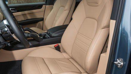 Bequem, vielfach verstellbar und fein konturiert – das Porsche-Gestühl passt wie angegossen.