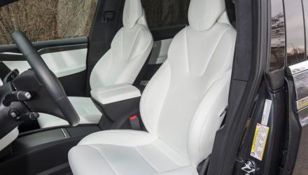 Die Tesla- Möbel zeigen sich im Vergleich zu frühen Versionen zwar deutlich verbessert, die zu straffe Polsterung und vor allem die unterdimensionierten Schenkelauflagen geben jedoch Anlass zur Kritik.