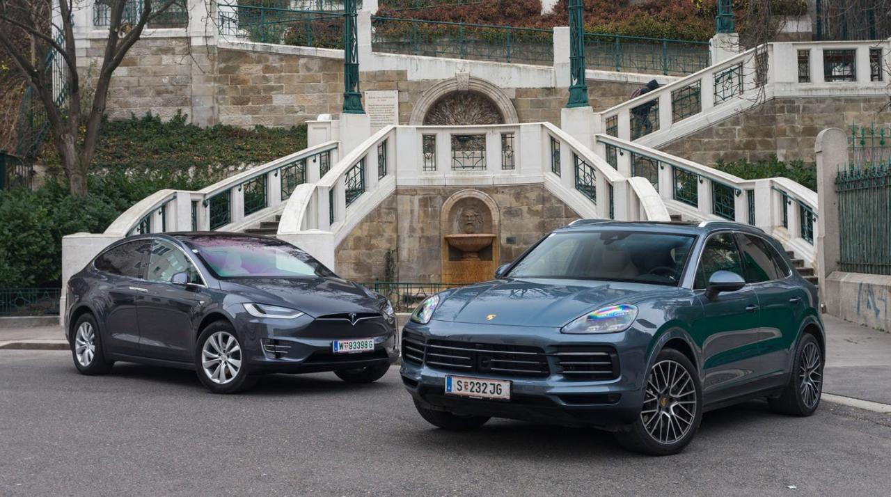 Edelmetalle unter sich: Der neue Porsche Cayenne S mit V6-Turboben- ziner und der rein elektrische Tesla Model X 100D bieten fast identische Fahrleistungen – ansonsten könnten sie aber unterschiedlicher kaum sein.