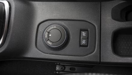 ... der Verstellknopf für den Allradstrang sitzt wie der Tempomat-Knopf in der Mittelkonsole.