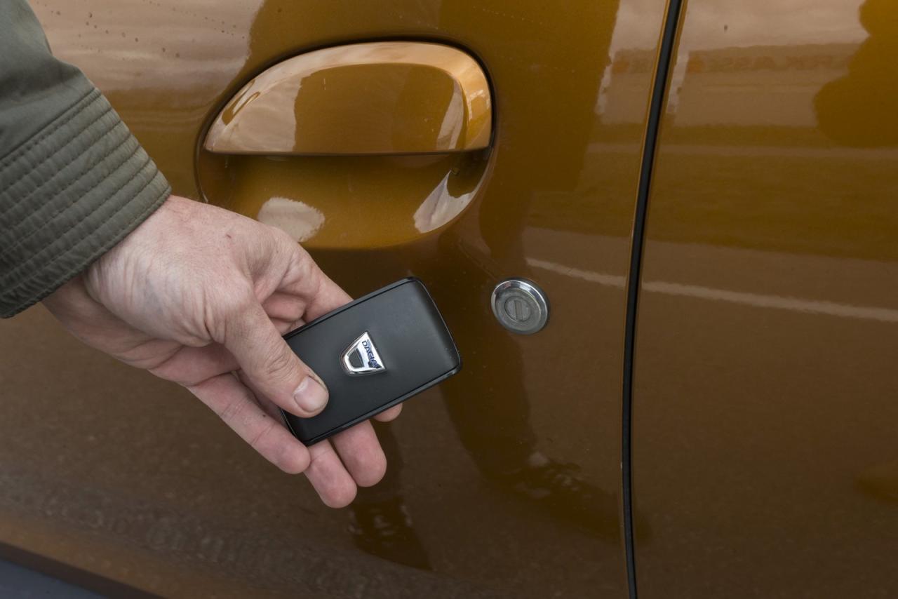 Trotz Keyless-Go: Ein manuelles Schloss in der Fahrertür ist heutzutage schon ein kurioses Unikum. Details wie dieses definieren aber den Charme des rustikalen Duster.
