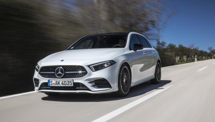 Mercedes Benz A 200, AMG Line, digitalweiss, Leder zweifarbig classicrot, schwarz. Kraftstoffverbrauch kombiniert: 5,6-5,2 l/100 km; CO2-Emissionen kombiniert: 128-120 g/km // Mercedes Benz A 200, AMG line, digital white, Leather two-tone classic red/black. Fuel consumption combined: 5,6-5,2 l/100 km; combined CO2 emissions: 128-120 g/km.